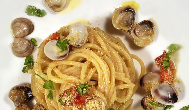 Spaghettoni di Gragnano with clams, roasted grape tomatoes and bread crumbs 1